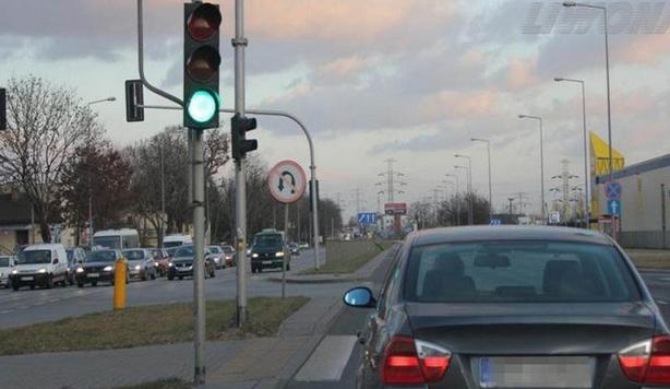zawracanie na skrzyżowaniu z sygnalizacją świetlną