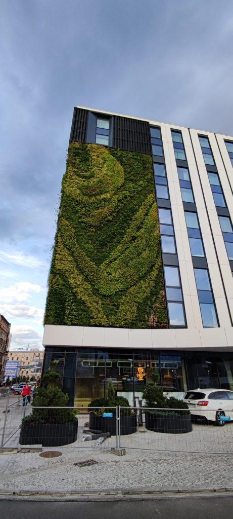 Zielona Ściana na budynku obok galerii Katowickiej
